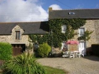 Laurel Cottage, Heated Swimming Pool, Free Wifi, Plouguenast
