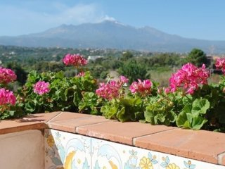Three rooms Etna and sea view,garden, pool,wi-fi
