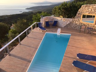 Pink House with great sea views, small pool, tennis, 7 minutes drive to the sea., Skinaria