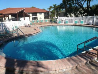 Lovely Lakeside Condo near beaches, shops & IMG, Bradenton