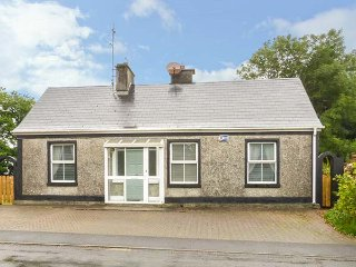 BALLINDINE HOUSE, pets welcome, en-suite bedroom, multi-fuel stove, ground