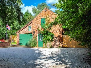 SQUIRREL BARN, WiFi, off road parking, pet-friendly, Milwich, Ref 915614
