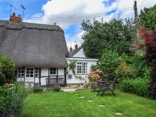APPLE TREE COTTAGE, Grade II listed, thatched, king-size bed, woodburner, enclosed garden, in Harvington, Ref 928555