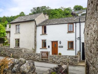 CINDERBARROW COTTAGE, mid-terrace, parking, garden, WiFi in Witherslack, Ref 931159