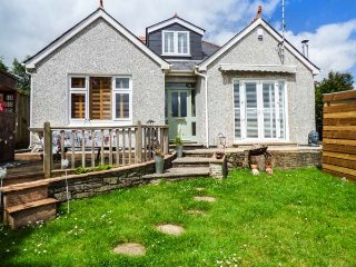 THE FIRS, woodburner, hot tub, lawned garden, pet-friendly, Truro, Ref 934690