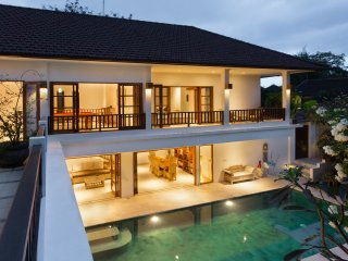 PURI TEMPLE 3 BED, CHEF, BUTLER. CANGGU ECHO BEACH. POOL TABLE-FULL SIZE.