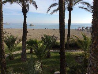 Impressionnante vue sur la mer et la montagne a cent metres de la plage