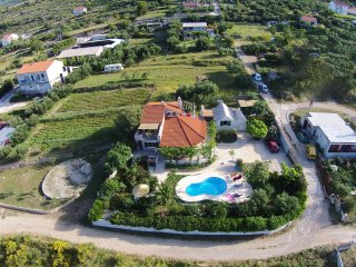 Villa Belezza with private pool, Kastel Gomilica