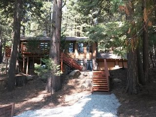 Mountain fun in & out. Pool table, horseshoes. 3 bdrms, 2.5 bath, sleeps 10.