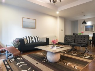 Spacious Classic Retro Style Condo/next to BTS/1 stop from Silom & Siam BTS