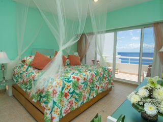 Miramar #403, Lovely Oceanfront 2 bdrm condo, North Shore, Great Snorkeling!