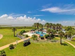 Dog-friendly bayfront condo w/ balcony, close to pools and hot tubs!