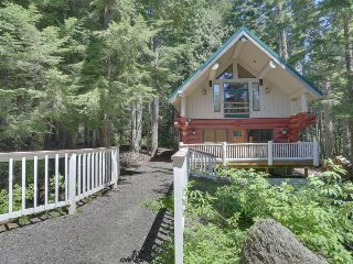 Dog-friendly hideaway near Timberline w/ shared hot tub - near local attractions