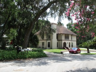 Swiss-Floridian $49 (y) with a hot/cold breakfast, has a kitchen  near Stetson, DeLand