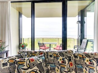 Second-floor, oceanfront condo w/ community pool & sauna!, Seaside