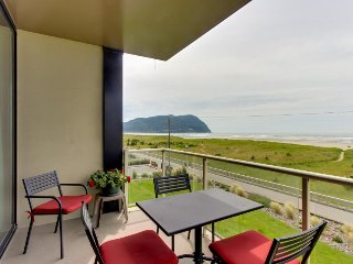 Second-floor, oceanfront condo w/ community pool & sauna!