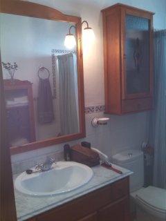 espejo y mueble en baño planta alta (bañera)