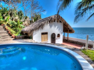 Romantic Oceanside Casita w/Direct Access To Beach