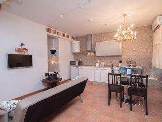 Y.Quebedo - Poetic Apartment, Setubal