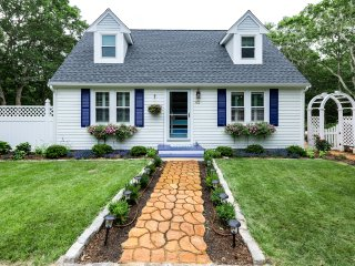 ASHTJ - Cape Style Home with Coastal Decor,  Spacious Deck, Wifi, Room AC, Edgartown