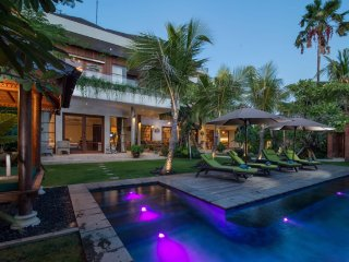 Newly Renovated 4BR Walking Distance to Kudeta;, Seminyak