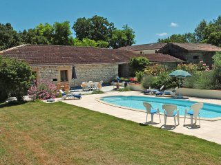 Perfect gite for couples in renovated Quercy barn, Montaigu-de-Quercy