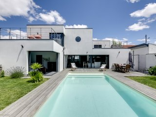 Fantastic architect-designed house with a pool, Merignac