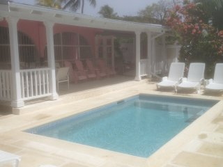 PINK VILLA – NEW PRIVATE POOL - GREAT LOCATI, Holetown