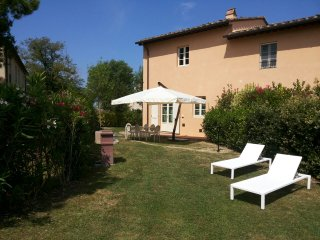 Pretty house inside a a natural park. Share pool, Pisa
