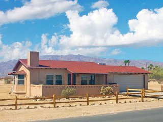'Roadrunner Retreat' Charming 1BR 29 Palms Home - Gorgeous Views of Joshua Tree National Park Just Minutes Away!, Twentynine Palms