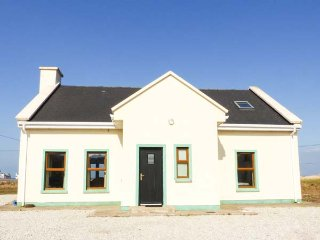 6 STRAND COTTAGES, detached, open fire, sea views and WiFi near Achill Sound, Re