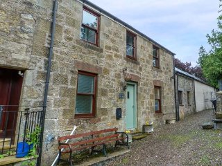 THE OLD DOCTOR'S COTTAGE, WiFi, pet-friendly, ground floor bathroom, Douglas, Re