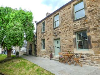 CHURCH COTTAGE, Grade II listed, woodburning stove, WiFi, pet-friendly, in Barnard Castle, Ref 931727