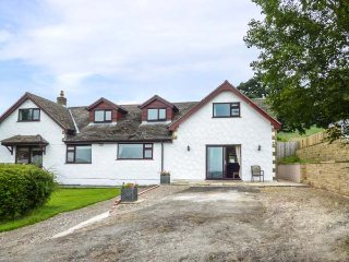 VALLEY VIEW, king-size double, ample off road parking, pub 10 mins walk