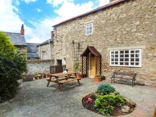 THE SIDINGS, Grade II listed, off road parking, patio garden, Pickering, Ref 939