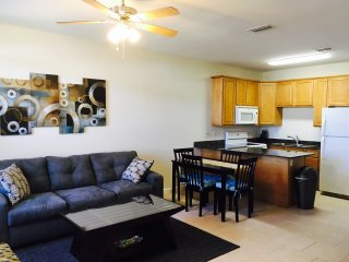 Comfy Townhouse one block from the beach, Gulfport