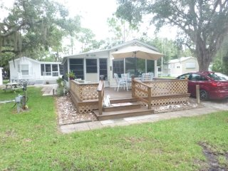 Park Model with lanai, large deck, block from pool, Venice