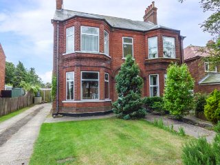 THE BEACH RETREAT, pet-friendly Victorian property, enclosed garden, open fire,
