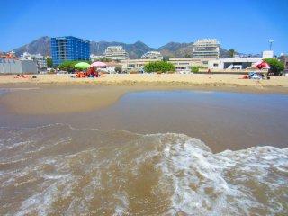 Playa y nuestro edificio Puerto Azul al fondo (el 1er blanco de la izquierda).