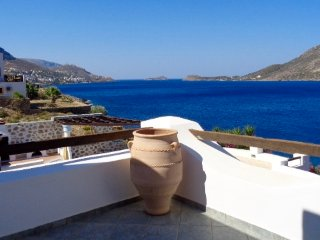 Luxury Waterfront Studio with Private Pool, Calidnas