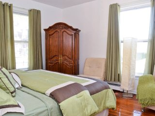 SUPER SPECIAL!  STUNNING 7 BEDROOM HOME SLEEPS 25, New York City