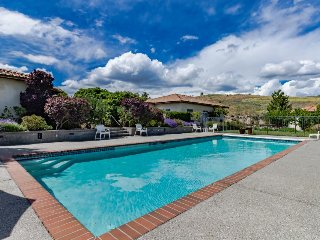 Gorgeous villa with a private pool, tennis court, and gourmet kitchen!, Manson