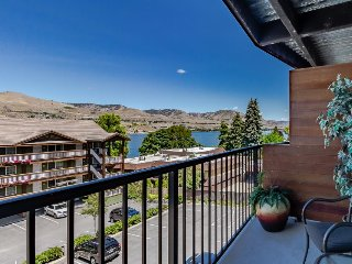 Modern condo with fireplace, balcony, & shared hot tub and pool!, Chelan