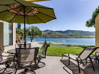 Lovely lakeside unit with mesmerizing views. Access to shared hot tub and pool!