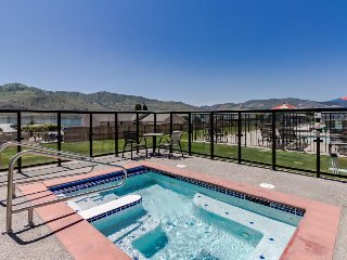 Ground-floor, lakefront condo - pools, hot tubs, dock, lake views, and more!