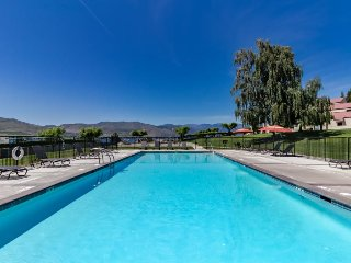 Lakefront condo with mountain views, shared pool & hot tub!, Chelan