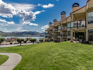 Deluxe condo with shared resort pools, hot tub and private beach & dock!, Chelan