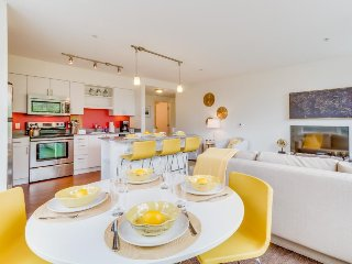 Modern Lower Queen Anne condo with rooftop deck & gym - walk to Seattle Center!