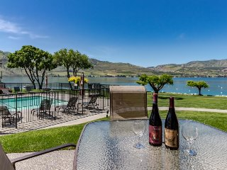 Lakefront condo w/ shared hot tub, pool, and other resort amenities, Chelan