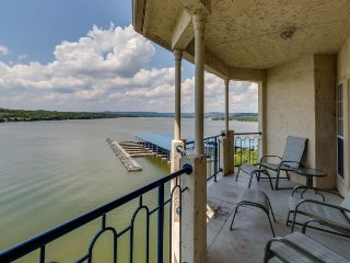Lakefront condo w/ lake views, shared pool, hot tub & more - nearby beach access, Lago Vista